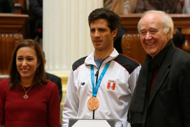 Pese a oponerse a Juegos Panamericanos García Belaunde posó con medallistas