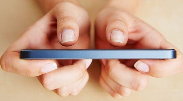Aumentan casos de tendinitis en mano por uso excesivo del celular