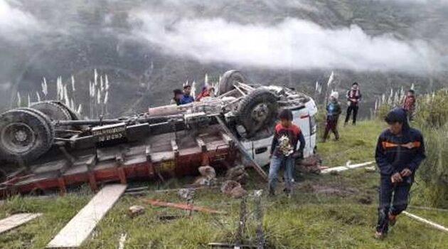 Camioneta cae a un abismo y comerciantes se salvan de morir
