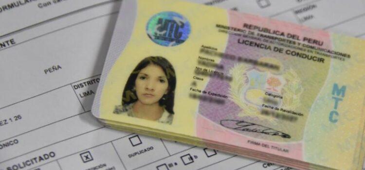 Entrega de licencias de conducción tras reactivación de la Dirección de Transportes