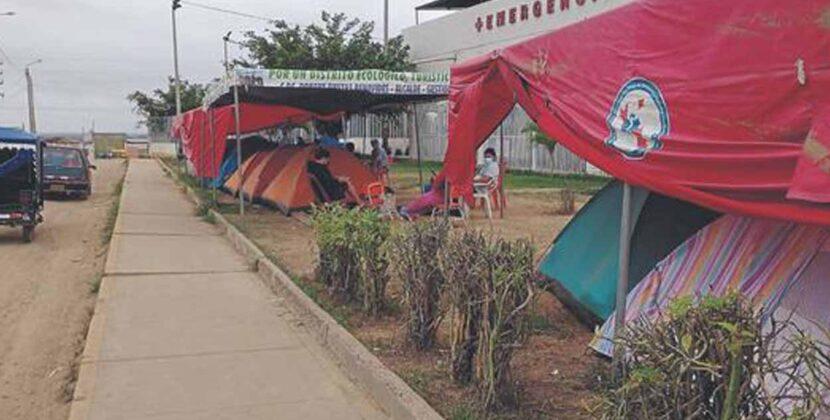 Familias pernoctan en las afueras de hospital en Tumbes