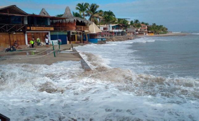 Máncora: Fuerte oleaje impide el ingreso de bañistas a la playa